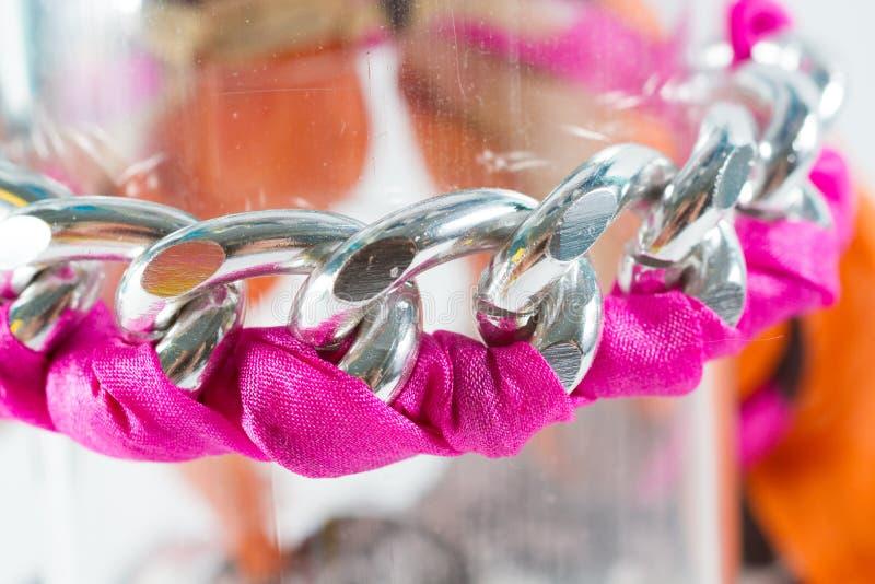 Chain armband för sammet och arkivbild