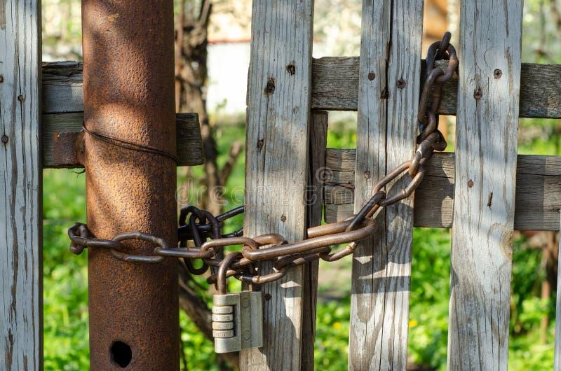 Chain lås på ett trästaket fotografering för bildbyråer