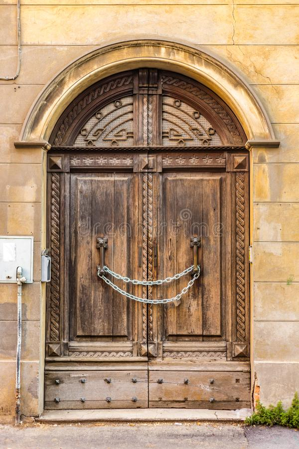 Free Chain Locks Ancient Wooden Door Royalty Free Stock Image - 105352846