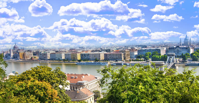 chain ungersk parlament för bro royaltyfria bilder