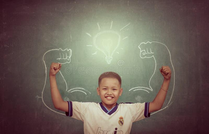 CHAINAT - 22 DE FEVEREIRO: Crianças fortes asiáticas contra o quadro-negro no cl fotografia de stock royalty free
