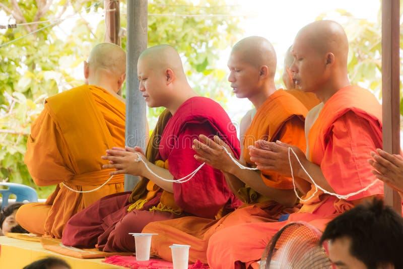 Chaing Rai, Thailand - Juni 1 2015: Oidentifierad thai munk som ber för religiös ceremoni i buddistisk tro på thailändskt arkivfoto