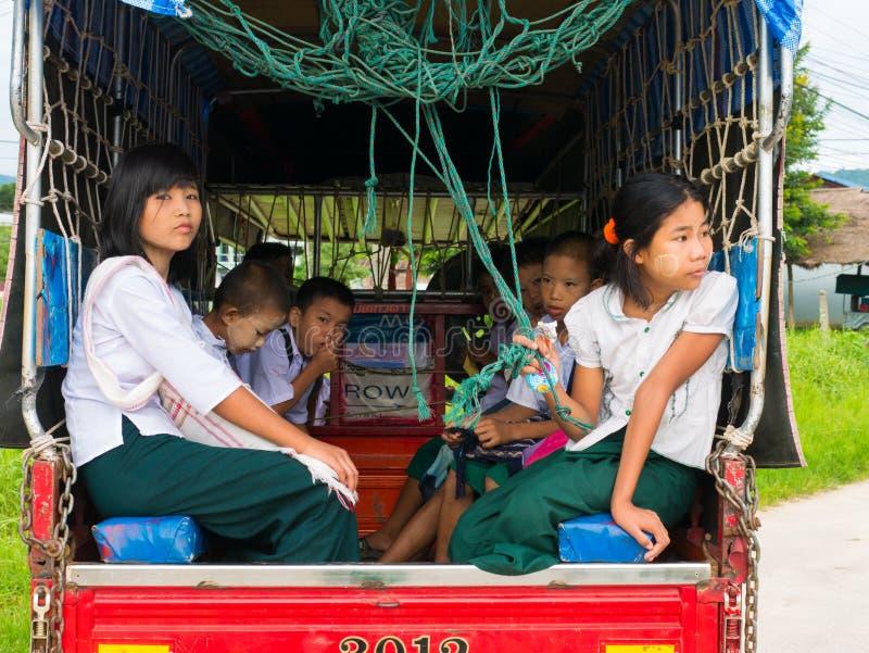 CHAING RAI, THAILAND - MEI 19 2017: Myanmar student op Schoolbu stock afbeeldingen