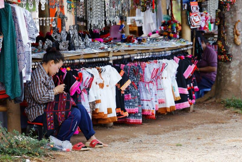 CHAINGRAI - KWIECIEŃ 27: Plemiennej kobiety Szwalni tradycyjni smokingowi plemiona jej sklep na Kwietniu 27, 2015 w Chaingrai, Ta zdjęcia stock
