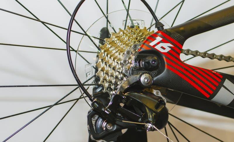 Chainrings de la bici y siluetas posteriores del piñón fotos de archivo