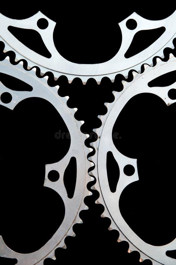 Chainringsclose-up van de fiets op zwarte stock foto
