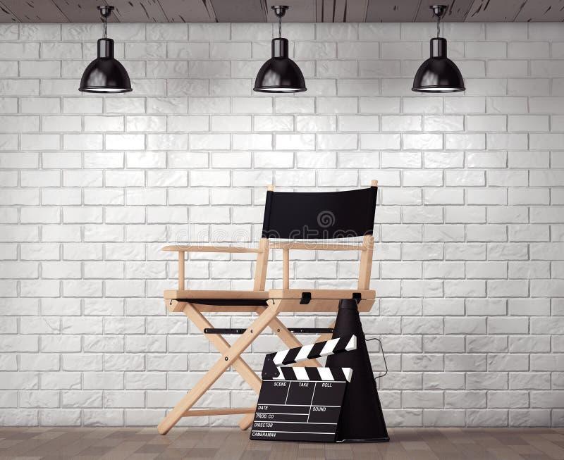 Chair主任,电影拍板和扩音机在砖Wa前面 库存照片