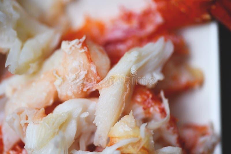 Chair de crabe du plat blanc pour les fruits de mer cuits - fermez-vous du crabe cuit à la vapeur d'Alaska images stock