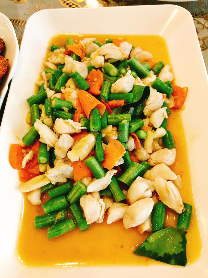 Chair de crabe frite par émoi et piments jaunes photo libre de droits