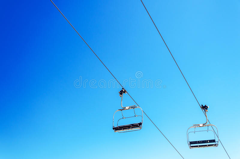 Chairlift και ουρανός στοκ φωτογραφία