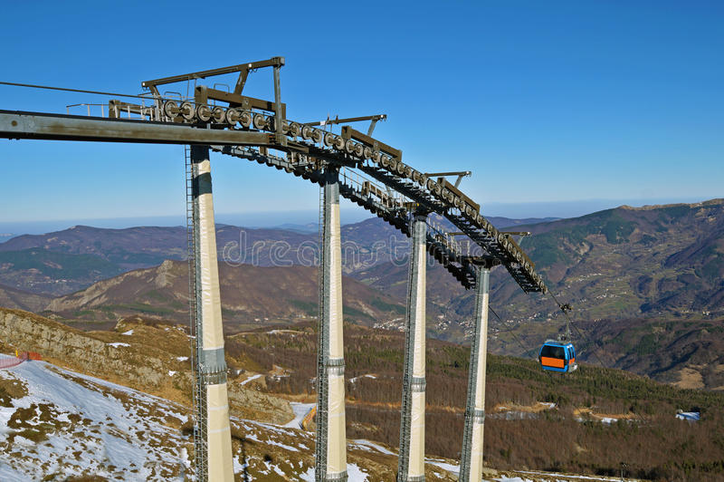 Chairlift μηχανικές τροχαλίες στο χιονοδρομικό κέντρο στοκ φωτογραφία