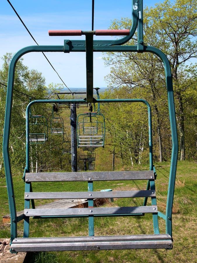 Chairlift σε εκτός εποχής στοκ φωτογραφία
