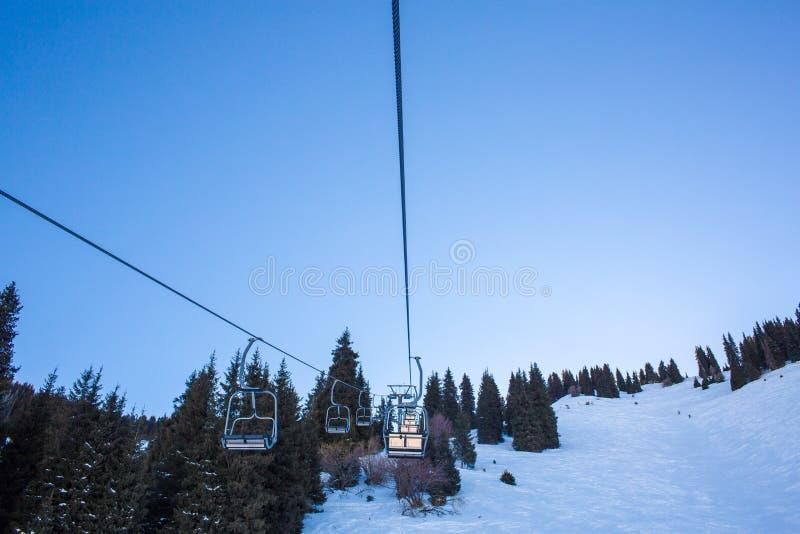Chairlift στα βουνά το χειμώνα σε Ak Bulak, Αλμάτι, Καζακστάν στοκ φωτογραφία
