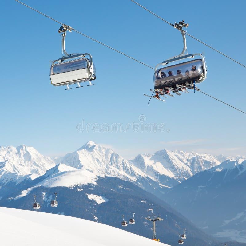 Chairlift στο αλπικό χιονοδρομικό κέντρο στοκ εικόνες