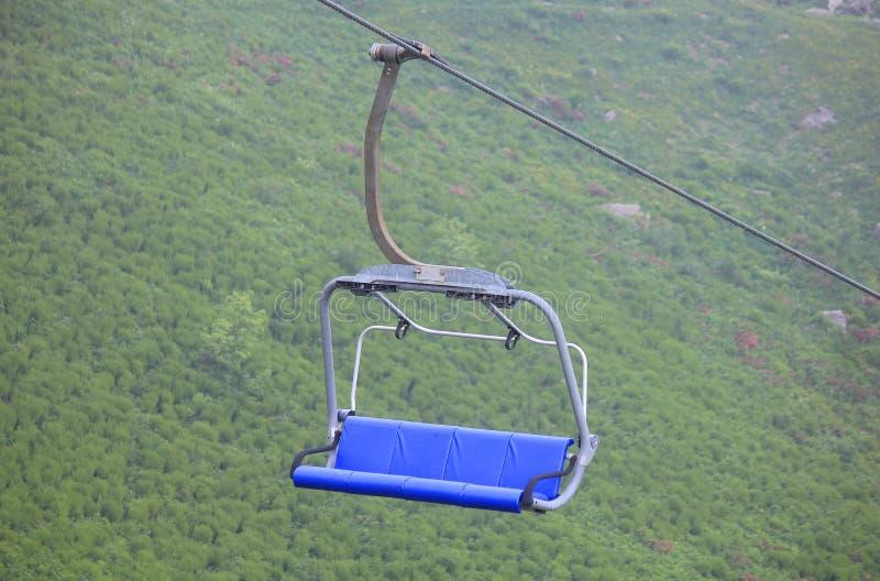 Chairlift i berg i sommar royaltyfri bild