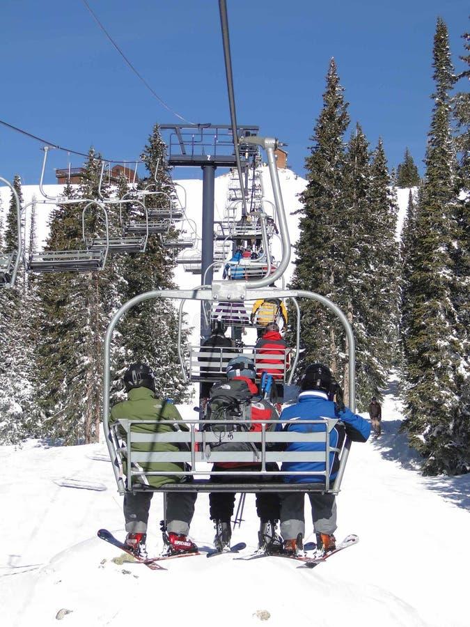 chairlift lasowa przejażdżki narciarek świerczyna zdjęcia stock