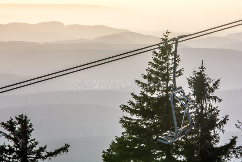 Chairlift på Wurmberg med bergigt landskap i bakgrunden royaltyfri foto