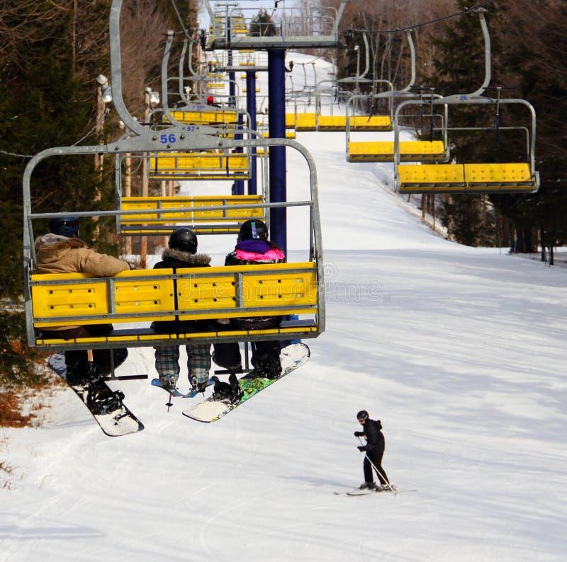 Chairlift z Snowboarders i narciarką zdjęcia royalty free