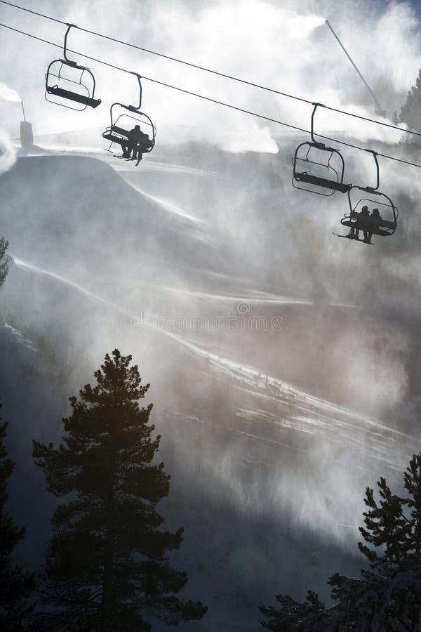 Chairlifts som klättrar till överkanten av, skidar semesterorten royaltyfri fotografi