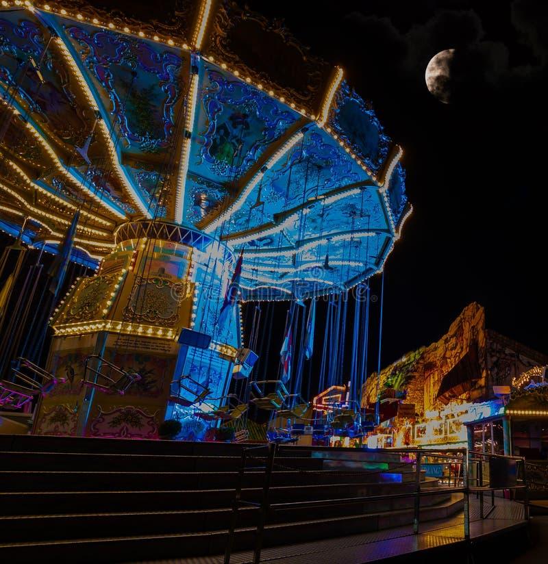 Chairoplane à un festival avec la lune sur le ciel photo libre de droits