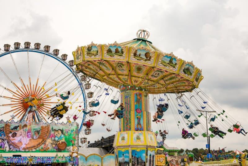 Chairoplane tradicional em Oktoberfest em Munich imagem de stock