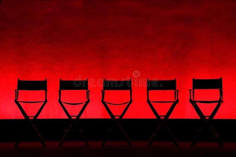 Chairs fünf Direktors Schattenbild auf roter Stufe stockfotografie