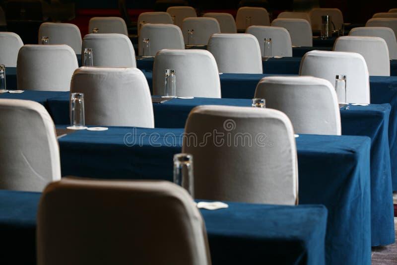 chairs konferenslokaltabellen arkivbild