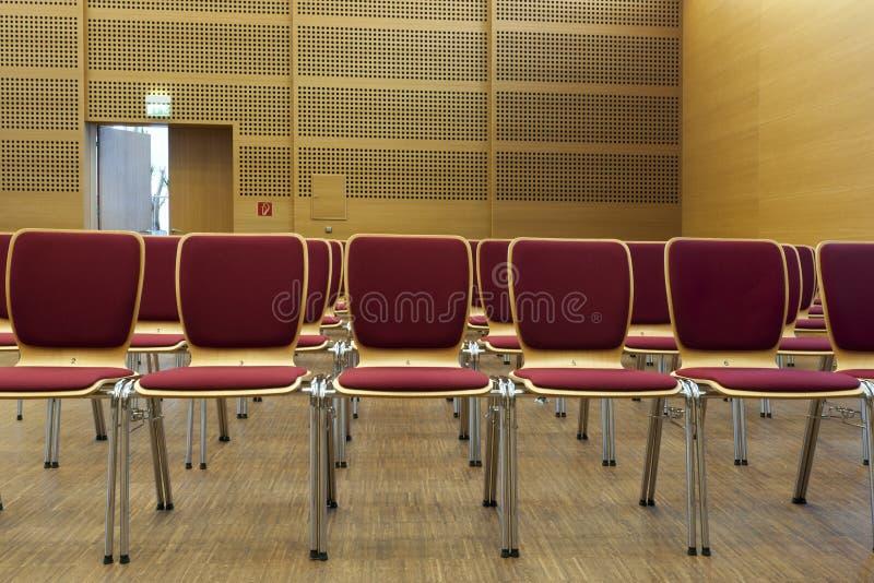 chairs konserthallen rott trä royaltyfri bild