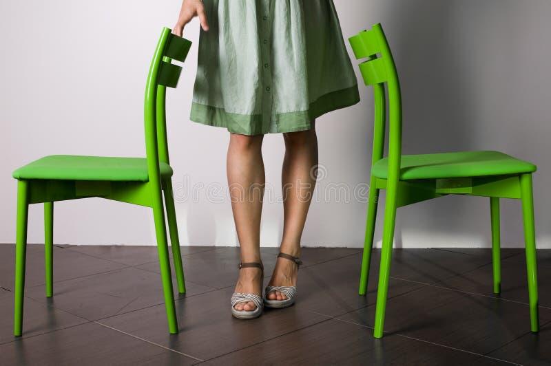 chairs kvinnan för ben två arkivbild
