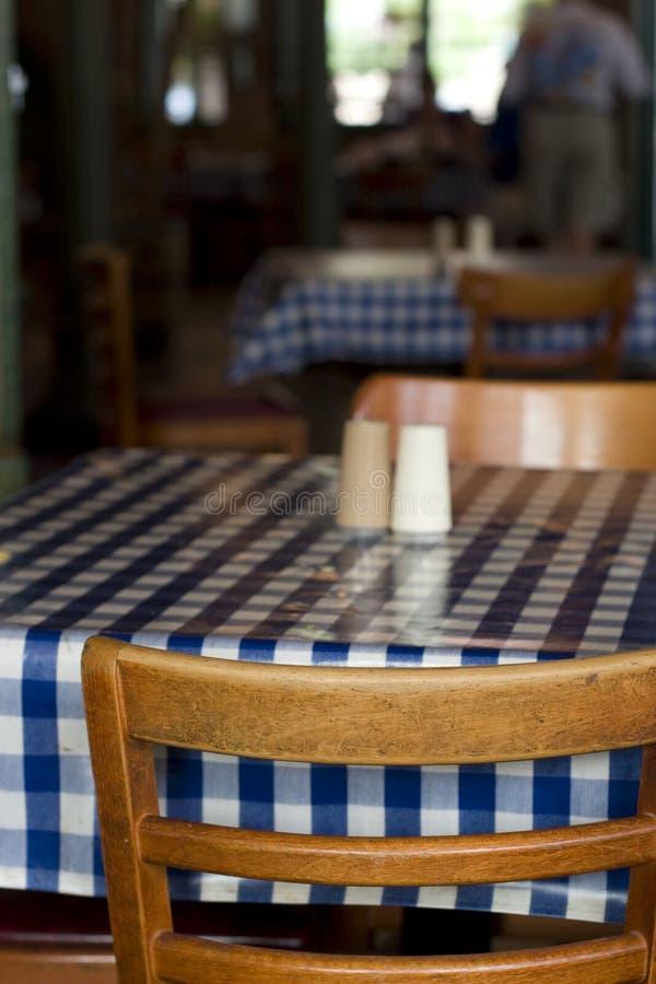 chairs restaurangtabellen arkivfoto