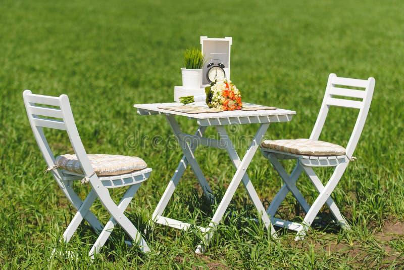 chairs tabell två royaltyfri bild
