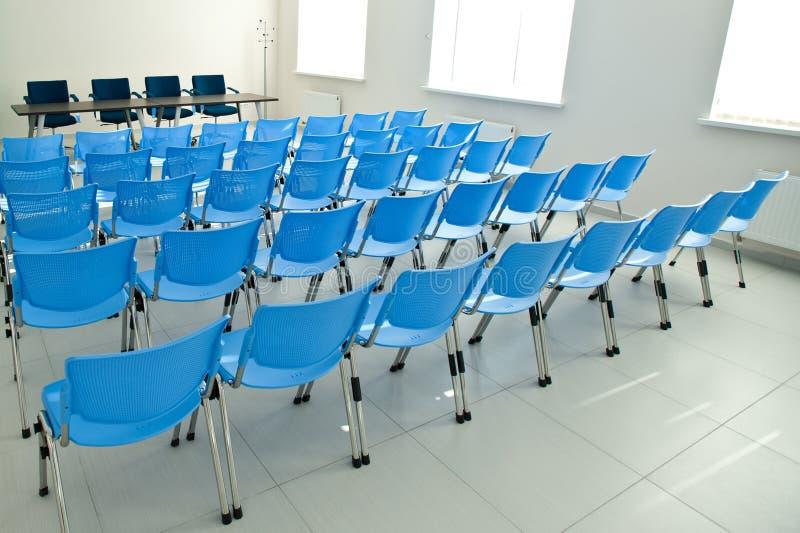chairs tom lokal för konferensen royaltyfri fotografi