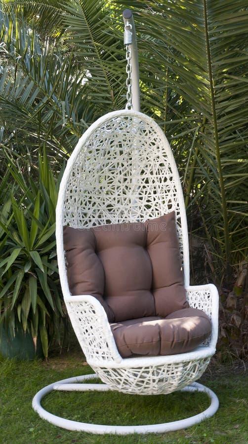 Chaise accrochante en osier blanche d'oeufs images libres de droits