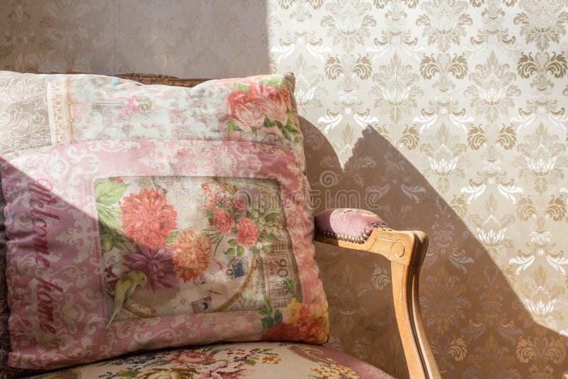Chaise antique de vintage avec le papier peint coloré d'impression image libre de droits