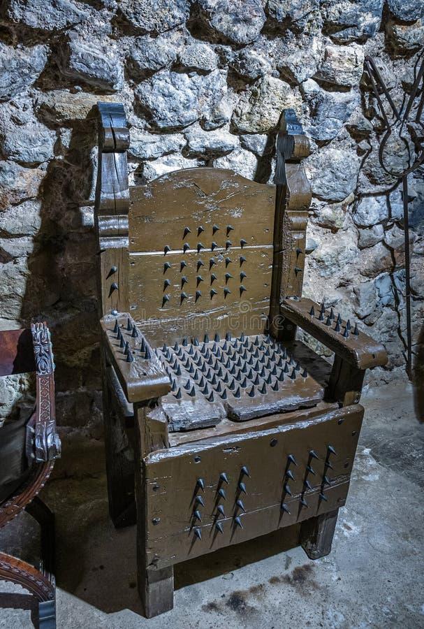 Chaise avec des transitoires en métal pour la torture photo stock