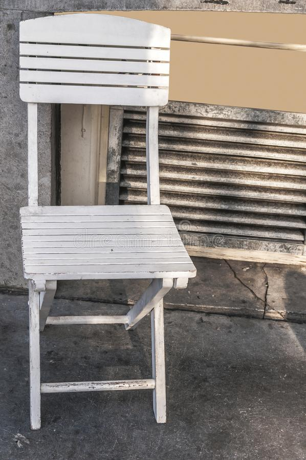 Chaise blanche en bois isloated photo stock