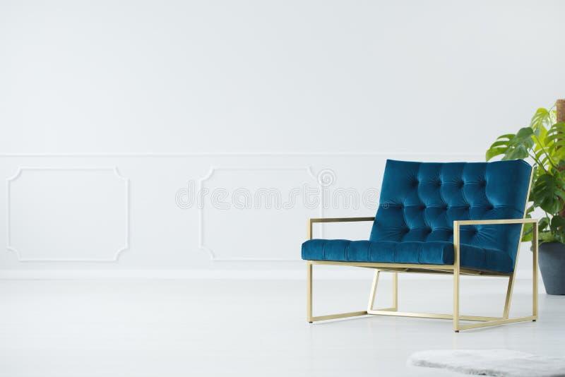 Chaise bleue avec le cadre d'or photos stock