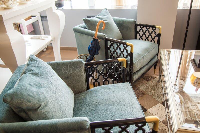 Chaise bleue de bras, plan rapproché, une partie de l'intérieur photo stock