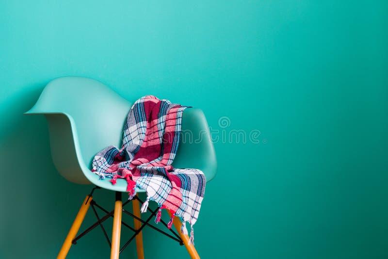 Chaise bleue de couleur, concepteur moderne de chaise images libres de droits