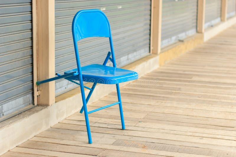 Chaise bleue sur le plancher en bois images libres de droits