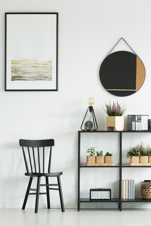 Chaise classique dans la chambre lumineuse images stock