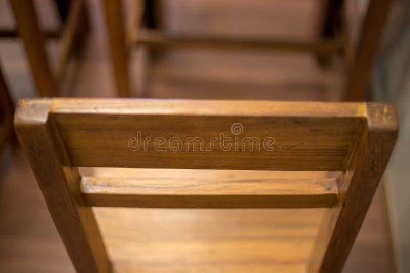 Chaise classique de salle de classe avec la barre de bras photos stock