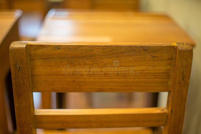 Chaise classique de salle de classe avec la barre de bras images stock