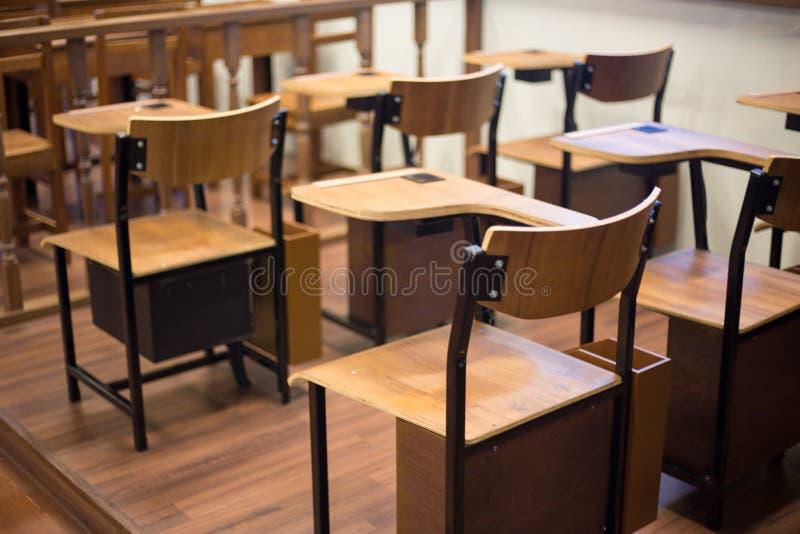 Chaise classique de salle de classe avec la barre de bras photographie stock