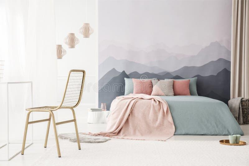 Chaise d'or dans la chambre à coucher lumineuse photo libre de droits