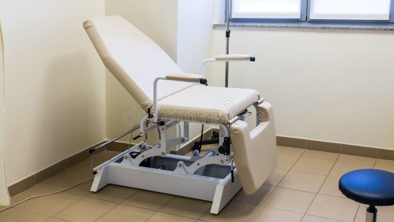 Chaise d'obgyn de chambre d'hôpital image libre de droits