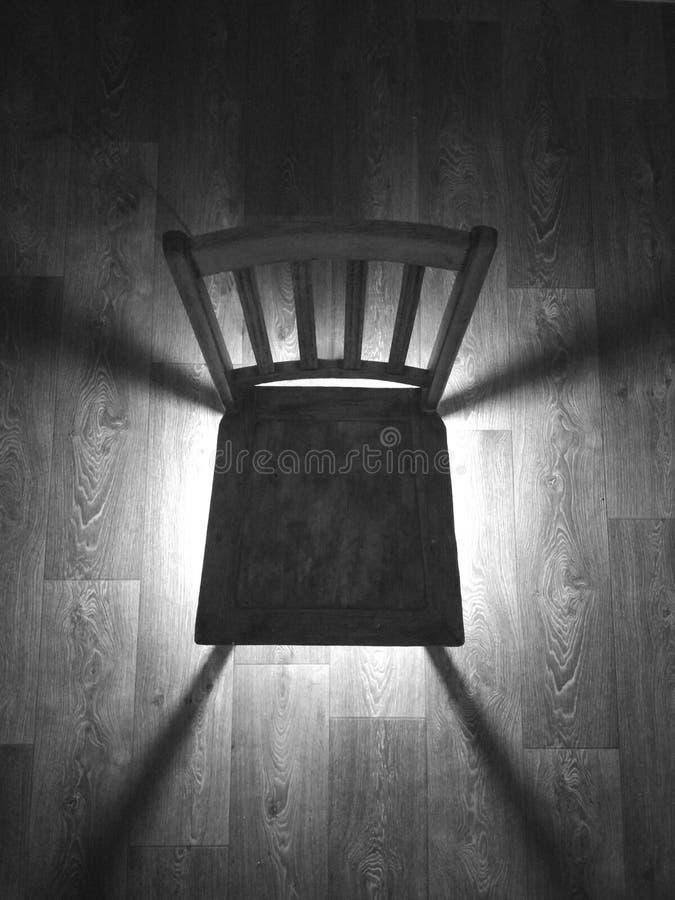 Chaise dans la chambre noire image stock