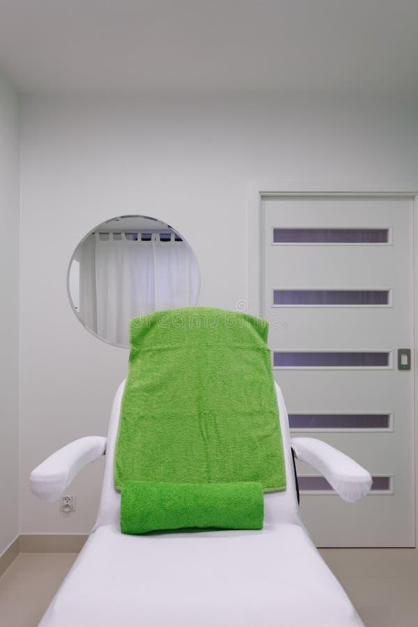 Chaise dans le salon sain moderne de station thermale de beauté. Intérieur de pièce de traitement. photo libre de droits