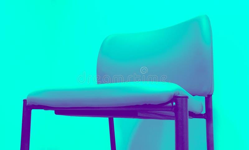 Chaise dans le ton de duo d'aqua photo libre de droits