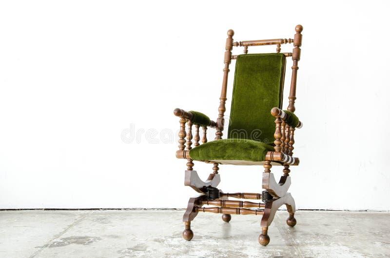 Chaise de basculage classique de style avec la laine verte sur le backgroun blanc images stock